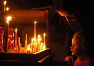 Очистить квартиру от негатива свечой